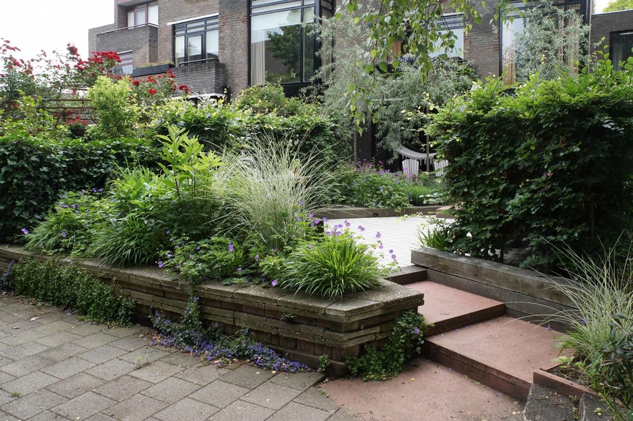 Familietuin bij jaren 70 woning tuinontwerp voorbeelden voor