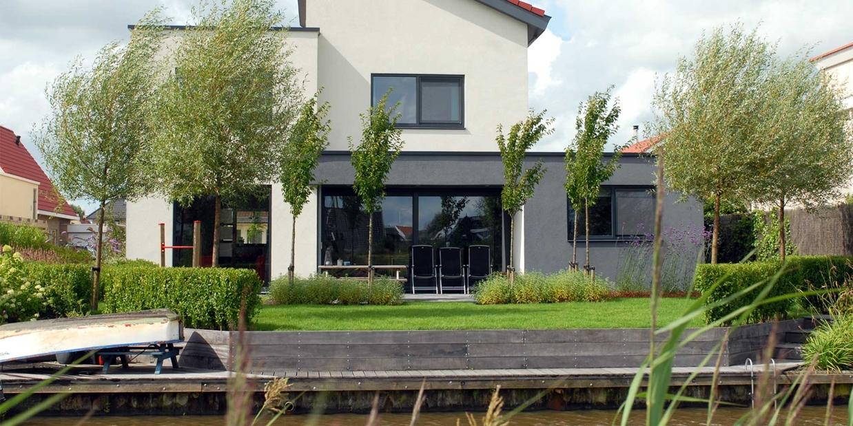 Ideeen voor de tuin strakke tuin met tuinhuis hardhouten for Tips inrichten nieuwbouwwoning